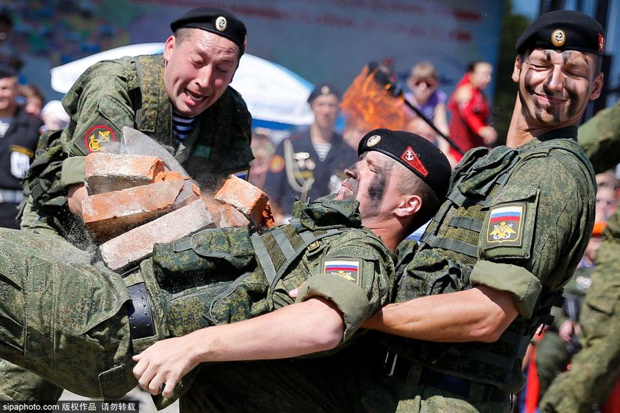 俄罗斯伞兵日庆祝活动 空降部队劈砖格斗展硬汉风采