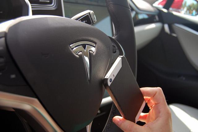 Model S升级获自动泊车/高速自动驾驶功能