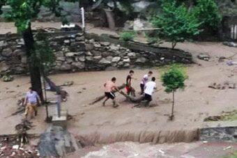 西安秦岭小峪突发山洪 15名游客被冲走