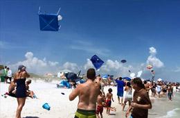美军F-18超低空飞过 海滩上人仰马翻
