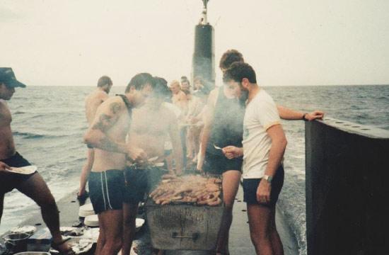 少见潜艇兵休闲照:烧烤与钓鱼