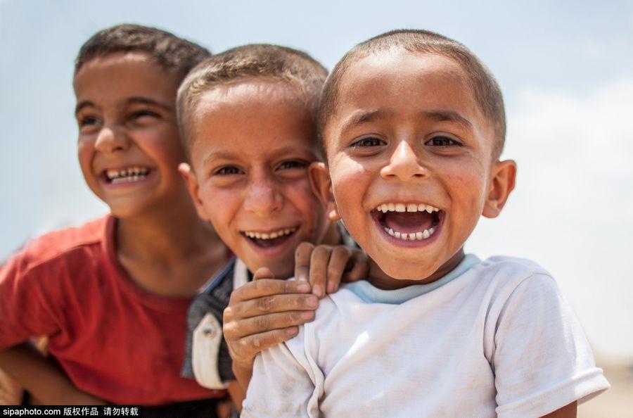 伊拉克冲突阴影下的阳光笑脸图片