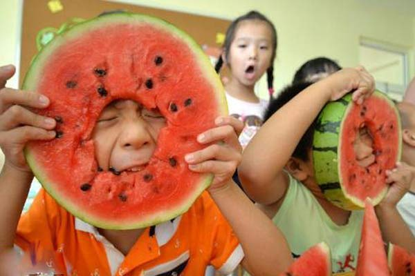 """康之园 小孩吃西瓜头像 > 吃西瓜""""啃秋""""迎立秋"""