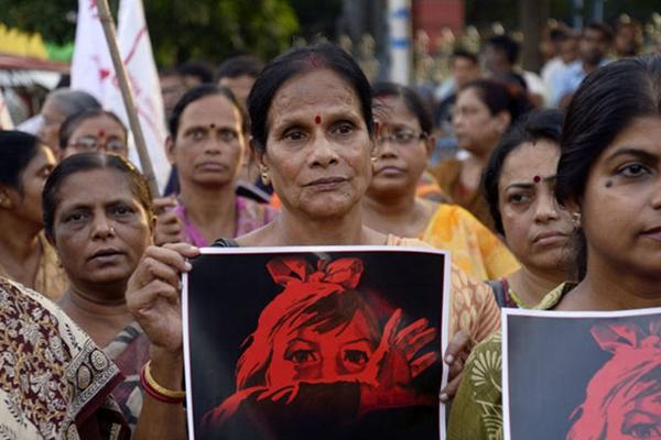 印度民众举行集会游行 纪念日本广岛原子弹爆炸70周年