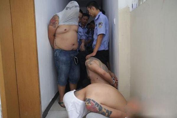 男子得罪黑帮马仔被拉河边殴打尿血
