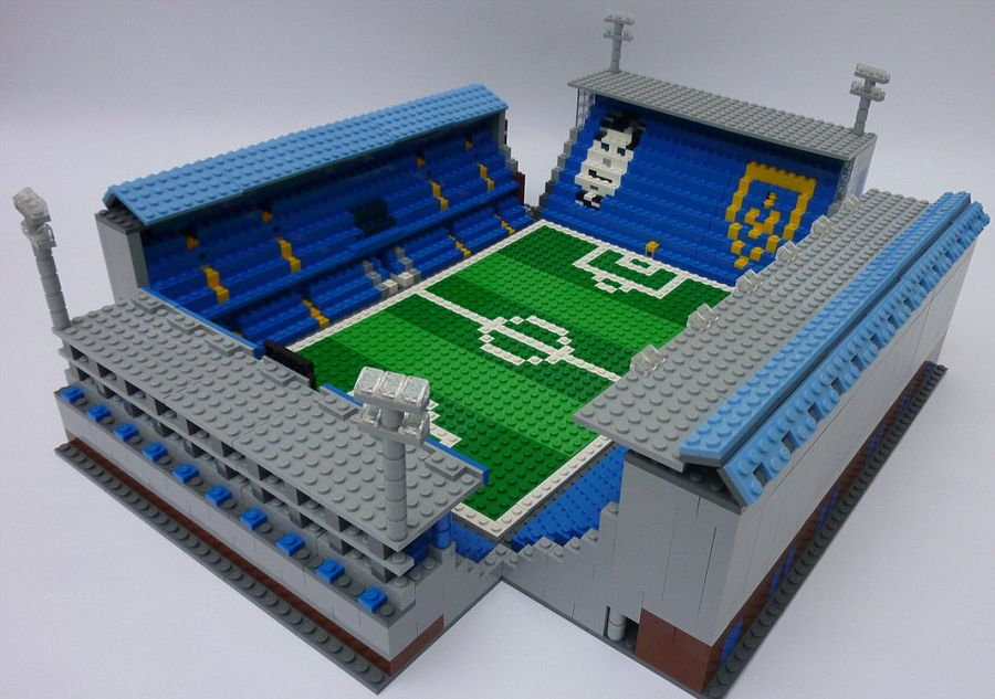 英足球迷用乐高积木搭建迷你球场模型