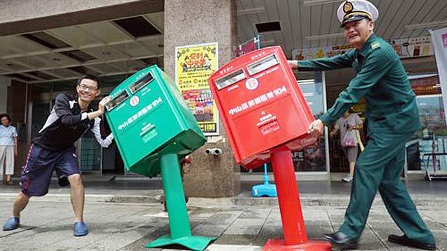 台北俩邮筒被台风吹歪走红 民众大赞:好萌