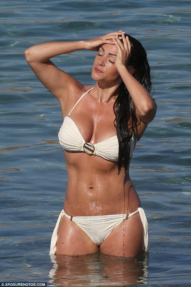 英真人秀女星凯西•巴切勒海滩度假秀性感身材