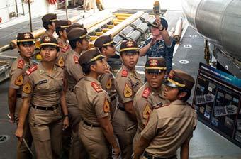印尼女兵登上美军LCS舰看傻眼