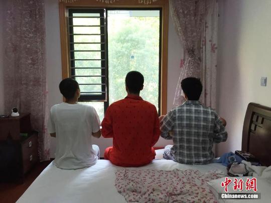 """上海三男子体验女性""""坐月子"""""""