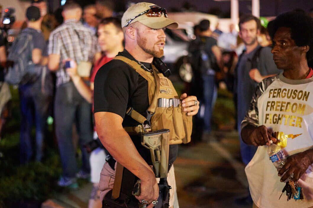 """""""守誓者""""组织成员参与弗格森示威引来黑人示威者侧目."""