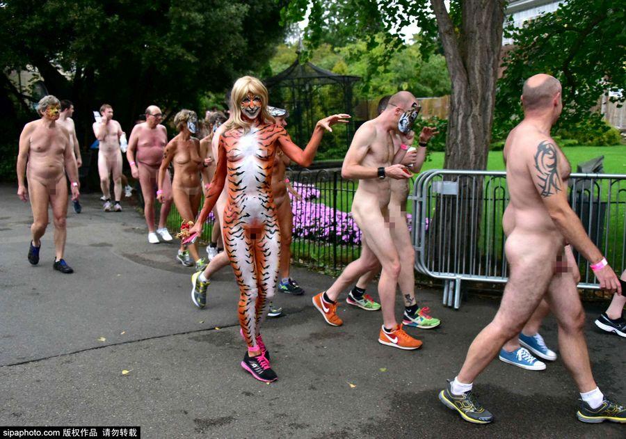 英300人伦敦动物园内裸奔为老虎募捐