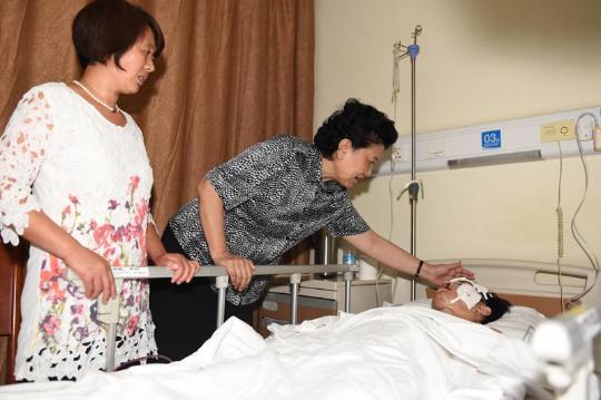 刘延东看望天津瑞海公司危险品仓库爆炸事故 受伤人员及家属
