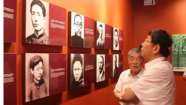 柯文哲参观中共一大会址 凝视毛泽东肖像许久