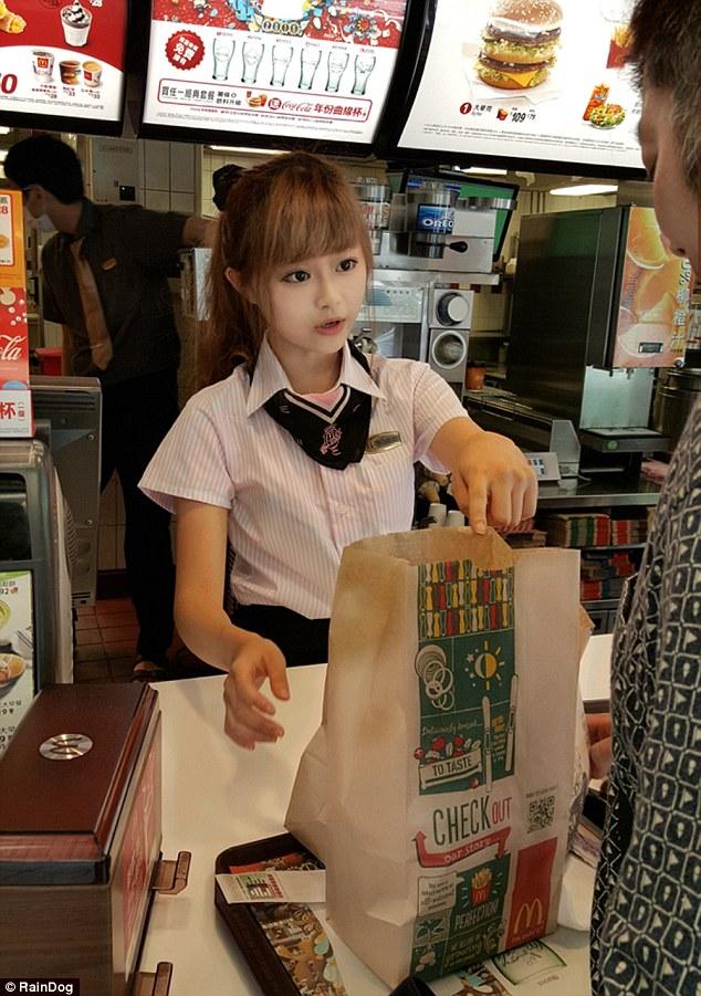 """台湾麦当劳""""女神""""服务员网上走红"""