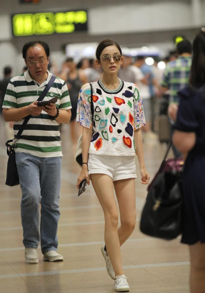 古力娜扎热裤现身机场秀美腿