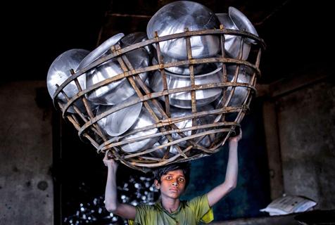 恶劣环境下工作的孟加拉国制铝工厂童工