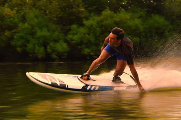 西班牙公司推出电动冲浪板 无风浪也能自由冲浪