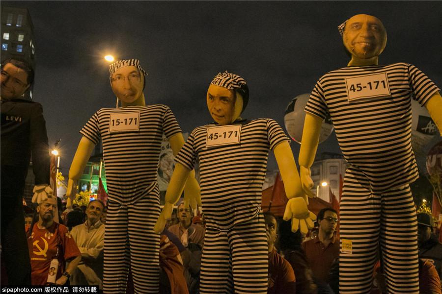 巴西:圣保罗上万人游行示威 力挺总统罗塞夫反对弹劾