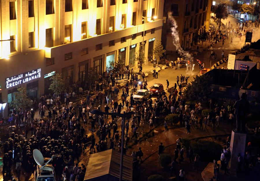 """黎巴嫩爆发""""垃圾战争"""" 警方动用水枪和催泪弹"""