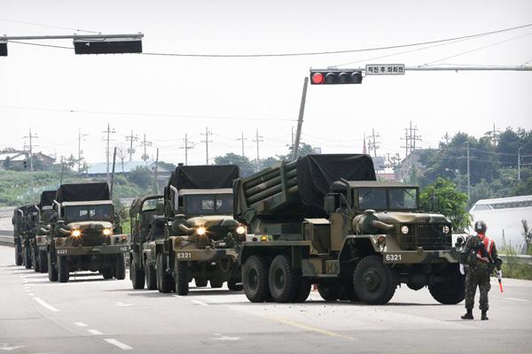 韩军大量重型武器向朝韩边界涟川郡调动