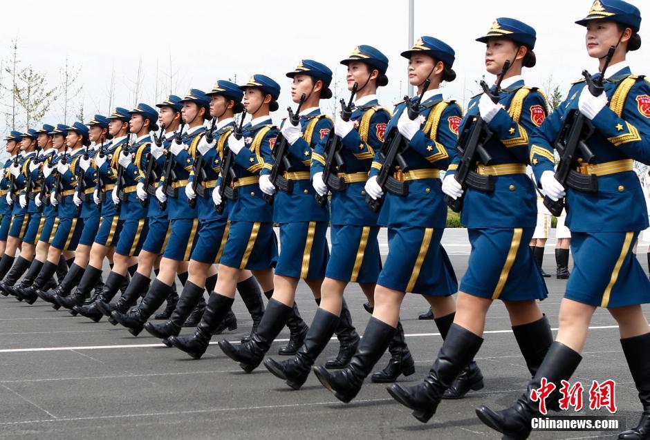 9月3日纪念中国人民抗日战争暨世界反法西斯战争胜利70周年阅兵式还有不到两周时间,据阅兵村徒步方队指挥部透露,参与此次阅兵的徒步方队共11个,包括三军仪仗队、10个英模部队方队。三军仪仗队首次有女兵参加大阅兵。