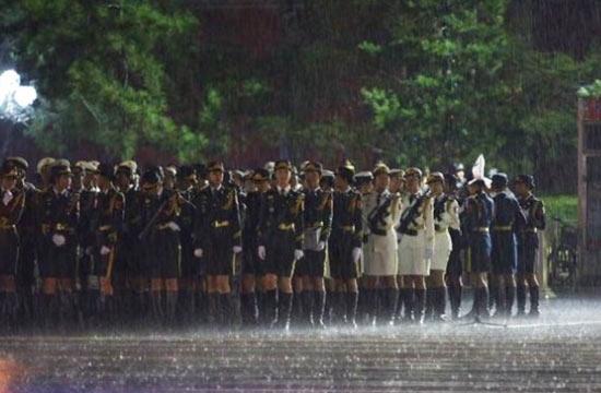 解放军仪仗队女兵冒雨彩排阅兵