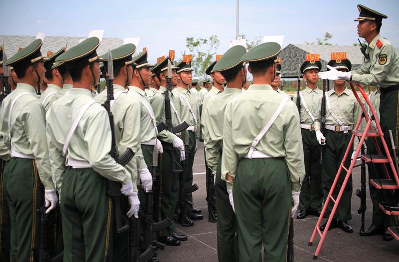 外国记者采访解放军阅兵女兵
