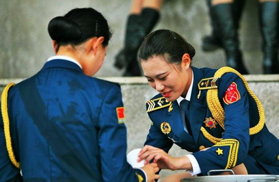 阅兵训练仪仗队女兵衣服湿透