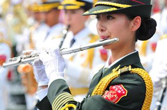 百名一线岗位女兵参加阅兵演奏