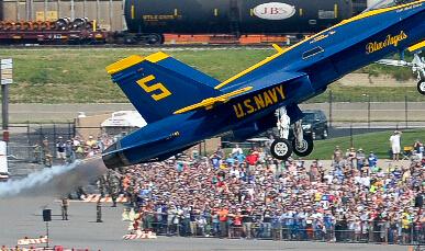 美军F-18飞行表演险砸中观众?