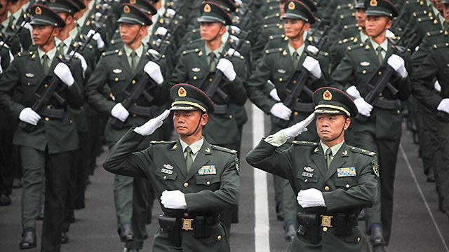社评:阅兵方队整齐威武,掌声必压倒调侃