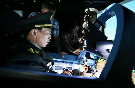 解放军将军试驾苏35战机模拟器