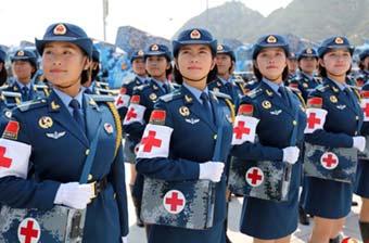 医疗方队高颜值女兵冒酷暑训练