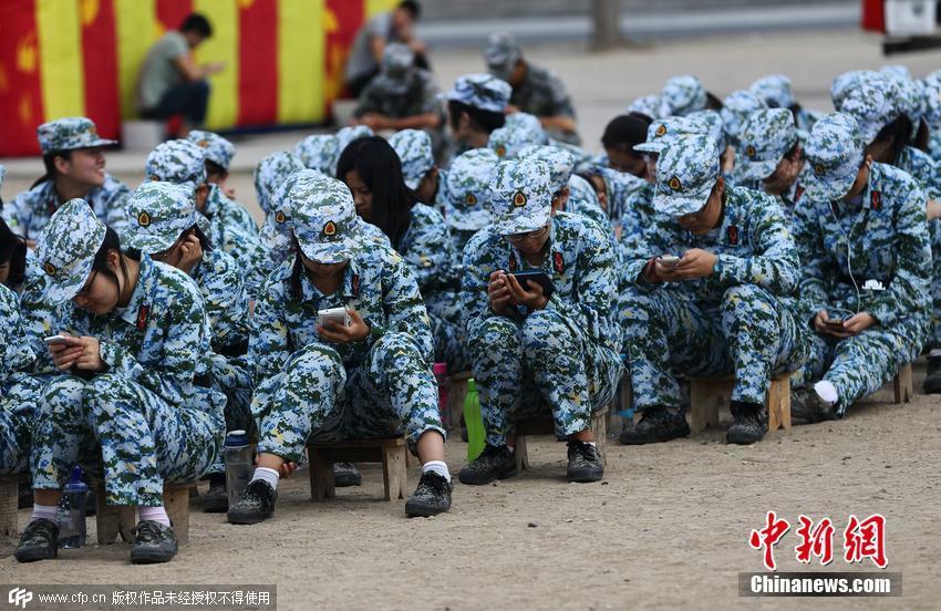 北京大学新生军训低头玩手机