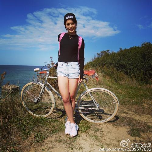 赴欧洲旅行,骑自行车环岛游,海边快乐自拍身材性感.王飞在微博图片