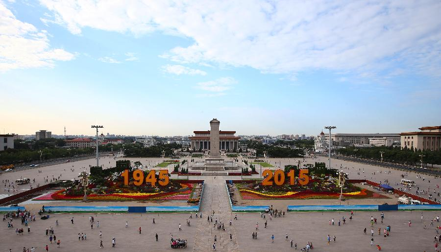 8月26日拍摄的天安门广场长城主题花坛。 8月26日零时,天安门广场纪念抗战胜利70周年花卉全部布置完毕。