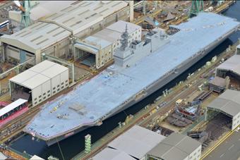 """日本最新准航母""""加贺""""号横滨下水"""