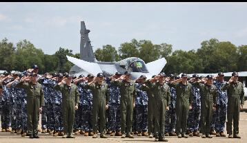 一堆人团团围住一架什么飞机?
