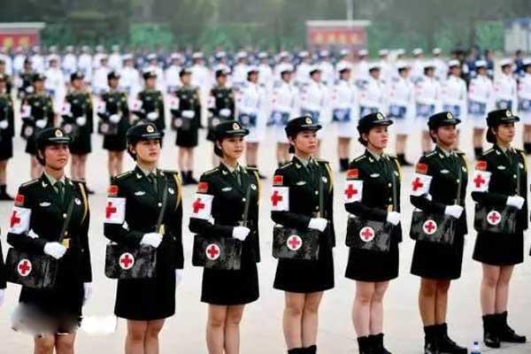 探访大阅兵医疗方队女兵的训练日常