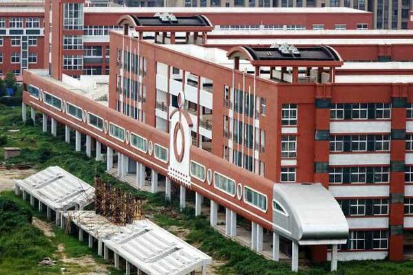 郑州一中学教学楼融入铁路元素 造型似动车