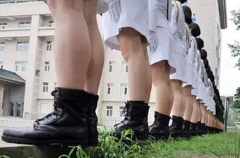 乘车方队女兵脚后根悬空苦练