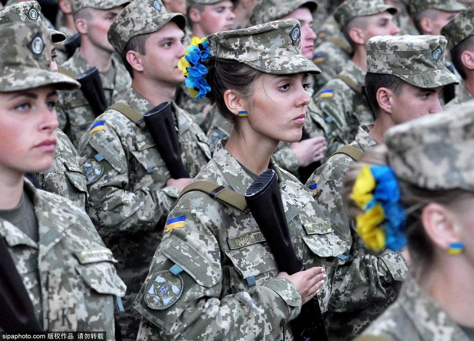 各国阅兵场上的飒爽女兵 图片