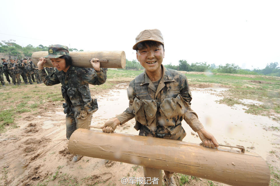 二炮女兵扛圆木在泥潭里狂奔