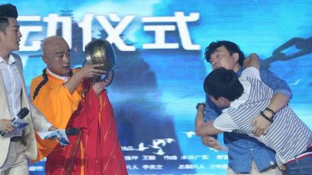 《极速绯闻》发布会 佟大为险遭殴打