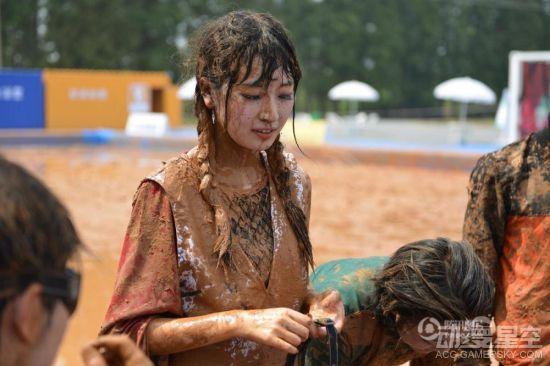 国内奇葩泥浆足球赛 美少女Coser上演激烈肉搏