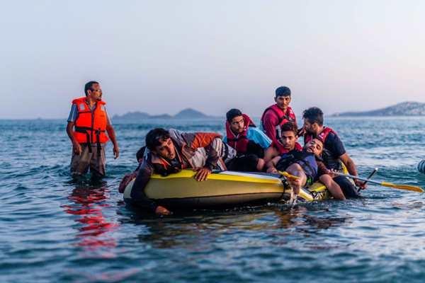 难民横渡海峡登陆希腊岛屿 闯开欧洲大门