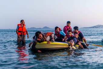 欧洲难民横渡海峡登陆希腊岛屿