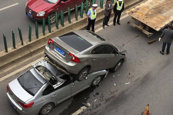 昆明离奇车祸:两车追尾铲起前车