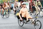 美国民众纪念裸骑7周年